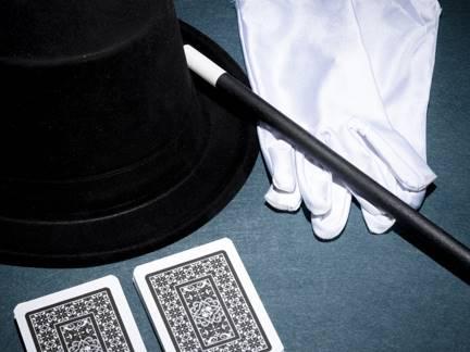 vista-panoramica-naipes-guantes-blancos-sombrero-copa-varita-magica-sobre-fondo-verde_23-2147880779